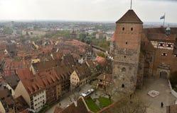 Mening vanaf de bovenkant van Sinwell-Toren over binnenplaats van Kaiserburg-kasteel in Nuremberg stock fotografie