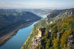 Mening vanuit gezichtspunt van Bastei in Saksisch Zwitserland Duitsland aan Th Royalty-vrije Stock Afbeeldingen