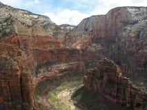 Mening vanuit het gezichtspunt bovenop Engelen die, Zion National Park, de V.S. landen stock afbeelding