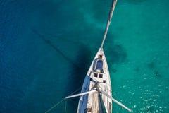 Mening vanuit hoge invalshoek van varende boot Luchtfotografie van schip royalty-vrije stock afbeelding