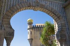Mening via de boog van het Nationale Paleis van koningenpena in Sintra, Portugal royalty-vrije stock afbeelding