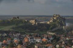 Mening voor het dorp en het kasteel van Devin Stock Afbeelding