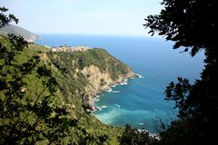 Mening voor m Corniglia, Italië van het Ligurian Overzees stock fotografie