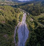 Meningen die Hooggebergte, rivieren, bossen, valleien en het alpiene landschap van La Fouly in het Kanton van Valais, Zwitserland stock afbeelding