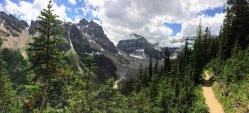 Meningen die rond Meer Louise, Lakeview-sleep wandelen, Duidelijk van zes gletsjers, Meer Agnes, van het Spiegelmeer, Kleine en G Stock Afbeelding