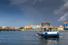 Meningen rond Punda - veerboot Stock Foto