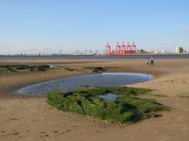 Meningen uit aan bootledokken en de rivier Mersey Stock Fotografie