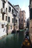 Meningen van de Apostoli-Rivier en de Mooie die Gondels van de Brug in CountrysideApostoli in Venetië wordt vastgelegd Reis, vaka stock afbeeldingen