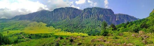 Meningen van de bergen van de kleinere Kaukasus Stock Afbeeldingen