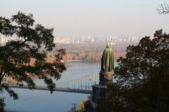 Meningen van de Dnieper-Rivier, de Voetbrug en het standbeeld van Royalty-vrije Stock Foto