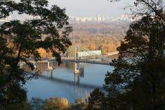 Meningen van de Dnieper-Rivier en de Voetbrug in Kiev, het UK Royalty-vrije Stock Foto