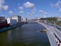 Meningen van de rivier en Moskou het Kremlin van Moskou stock videobeelden
