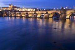 Meningen van de stad Praag en de brug over Vltava Royalty-vrije Stock Afbeeldingen