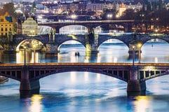 Meningen van de stad Praag en de brug over Vltava Stock Afbeelding