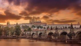 Meningen van de stad Praag en de brug over Vltava Stock Fotografie