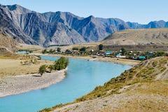 Meningen van de Turkooise Katun-rivier en de Altai-bergen, Rusland stock foto