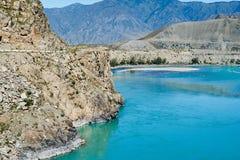 Meningen van de Turkooise Katun-rivier en de Altai-bergen, Russ stock fotografie