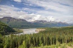 Meningen van Glenn Hwy tussen Palmer en Glenallen, Alaska royalty-vrije stock afbeelding