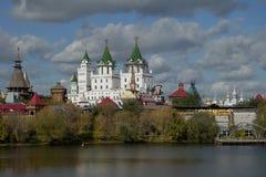 Meningen van het Izmailovo-kasteel met water Stock Foto