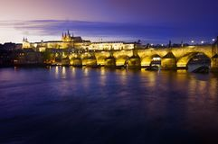 Meningen van het Kasteel van Praag en de Charles-brug over rivier Royalty-vrije Stock Afbeelding
