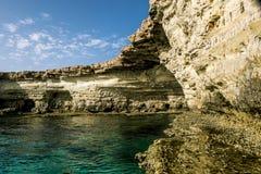 Meningen van het overzees en de klippen van Kaap Greco cyprus Royalty-vrije Stock Fotografie
