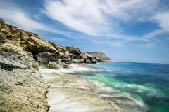 Meningen van het overzees en de klippen van Kaap Greco cyprus Stock Foto's
