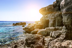Meningen van het overzees en de klippen van Kaap Greco cyprus Stock Afbeeldingen