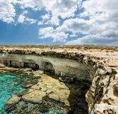 Meningen van het overzees en de klippen van Kaap Greco cyprus Stock Foto