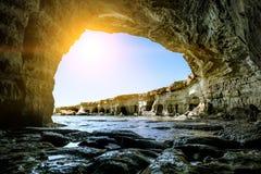 Meningen van het overzees en de klippen van Kaap Greco cyprus Stock Afbeelding