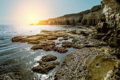 Meningen van het overzees en de klippen van Kaap Greco cyprus Stock Fotografie