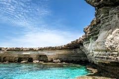 Meningen van het overzees en de klippen van Kaap Greco cyprus Royalty-vrije Stock Afbeeldingen