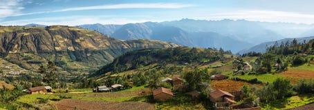 Meningen van huizen en terrasvormige gebieden in Ancash-provincie, Peru Stock Afbeelding
