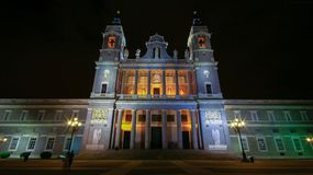 Meningen van Kathedraal Santa Maria la Real de la Almudena, Madrid, Spanje stock afbeeldingen