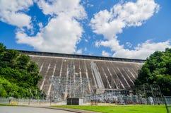 Meningen van mens gemaakte dam bij de grote rokerige bergen van meerfontana nc stock afbeelding