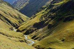 Meningen van mooie Kaukasische bergen, tijdens trekking van Tusheti aan Khevsureti stock afbeeldingen