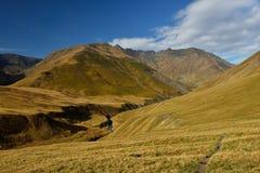 Meningen van mooie Kaukasische bergen, tijdens trekking van Tusheti aan Khevsureti royalty-vrije stock fotografie
