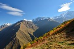 Meningen van mooie Kaukasische bergen, tijdens trekking van Tusheti aan Khevsureti stock foto
