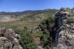 Meningen van Onderstel Arbel en rotsen israël Stock Fotografie