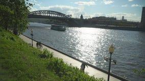 Meningen van rivierschepen die langs de stads` s dijk varen stock footage