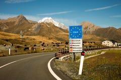 Meningen van sneeuw omvat Mont Blanc van de grens van Frankrijk - van Italië Royalty-vrije Stock Afbeeldingen