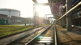 Menings Lange Spoorweg met Vulklei die zich bij achterzonlicht uitrekken stock videobeelden