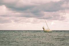 Menings op zee landschap na onweer stock fotografie