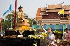 Meningsbyggnadtempel i den Songkran festivalen. Arkivbild