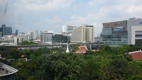 Meningslandschap en cityscape van de stad van Bangkok met BTS skytrain in Thailand stock footage
