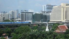 Meningslandschap en cityscape van de stad van Bangkok met BTS skytrain in Thailand stock videobeelden