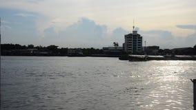 Meningslandschap van Choaphraya-rivier in Tha Nam Non Market stock footage