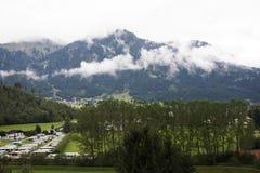 Meningslandschap van de berg van alpen en cityscape van Reutte-stad in de staat van Tirol, Oostenrijk stock afbeeldingen