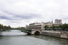 Meningslandschap van de stad van Parijs bij rivieroever van Zegenrivier Royalty-vrije Stock Fotografie