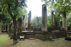 Meningslandschap van het standbeeld van Boedha in Wat Phra Non in Kamphaeng Phet, Thailand Stock Foto's