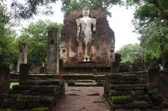 Meningslandschap van het standbeeld van Boedha in Wat Phra Si Iriyabot van het Historische Park van Kamphaeng Phet in Kamphaeng P Stock Foto's